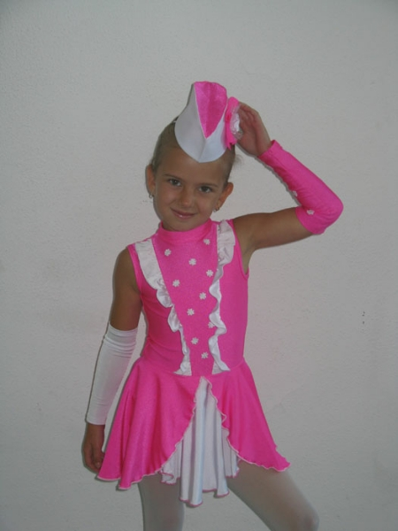 2010-majoretka-rozov-kostjum