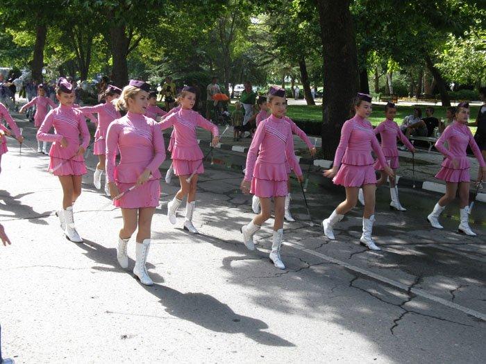 majoretki-rozovi-uniformi