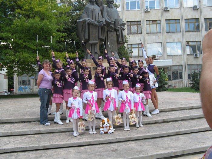 majoretki-rozovo-i-bqlo-uniformi3