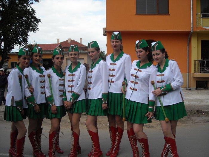 majoretki-zeleno-i-bqlo-uniformi