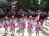 majoretki-rozovo-i-bqlo-uniformi